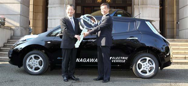 nissan delivers leaf electric cars in japan electric. Black Bedroom Furniture Sets. Home Design Ideas
