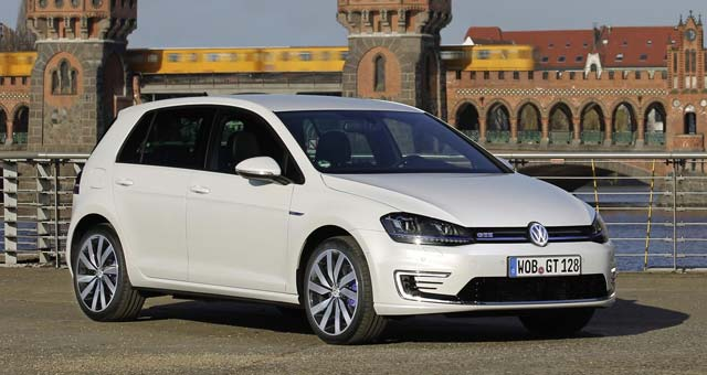 Fully Charged Reviews Volkswagen Golf GTE [video]