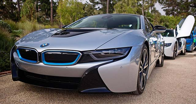 Fully Charged Reviews BMW i8 [video]